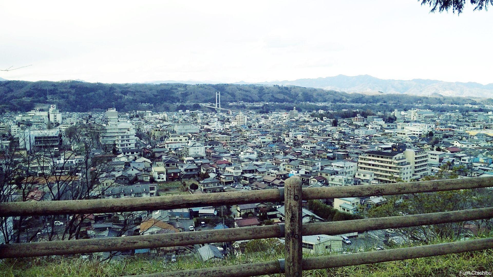 羊山公園見晴らしの山頂から秩父市街を見る