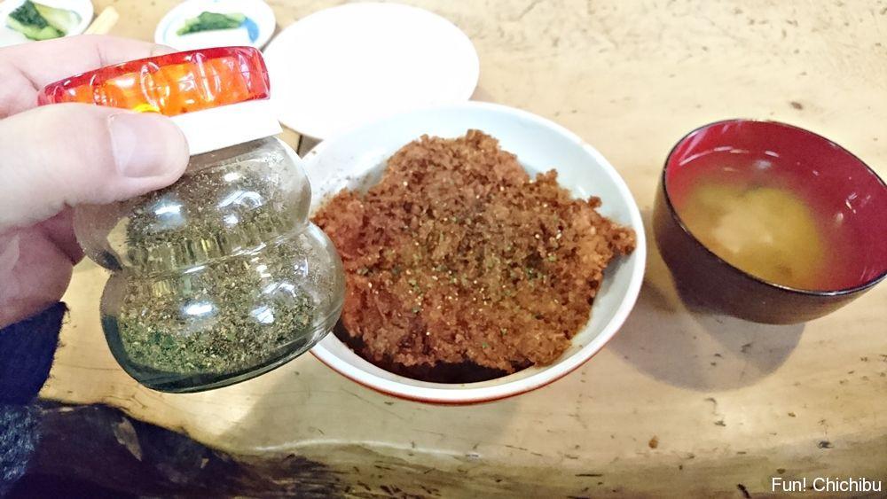 わらじカツ丼にゆず風味の七味をかける