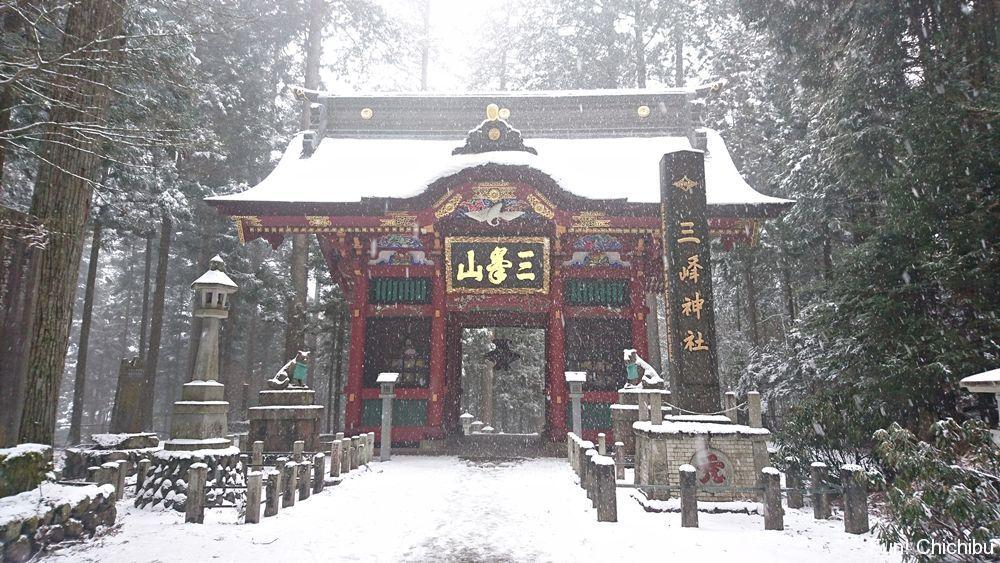 雪の中の隋身門