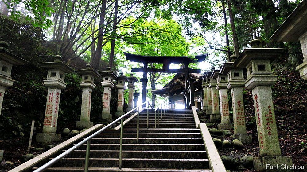 遥拝殿への階段