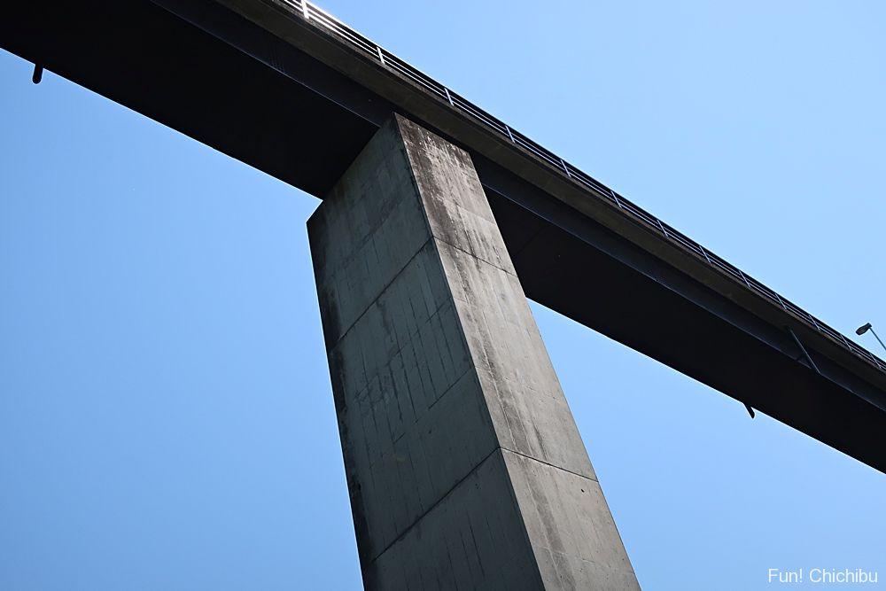 金石水管橋を下から眺める