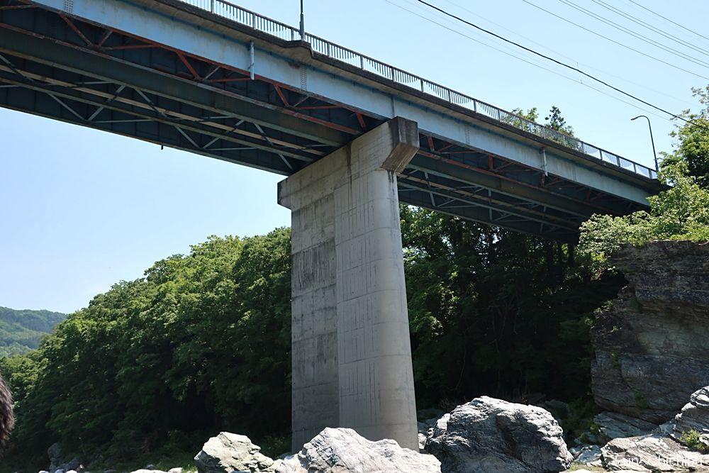 高砂橋を下から見る