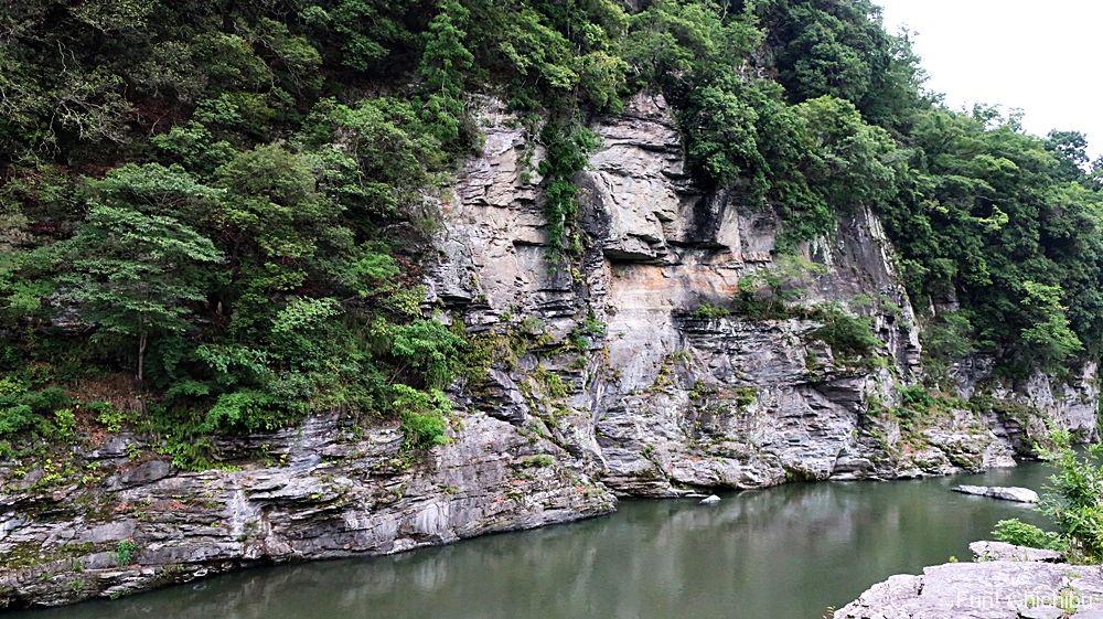 長瀞岩畳赤壁