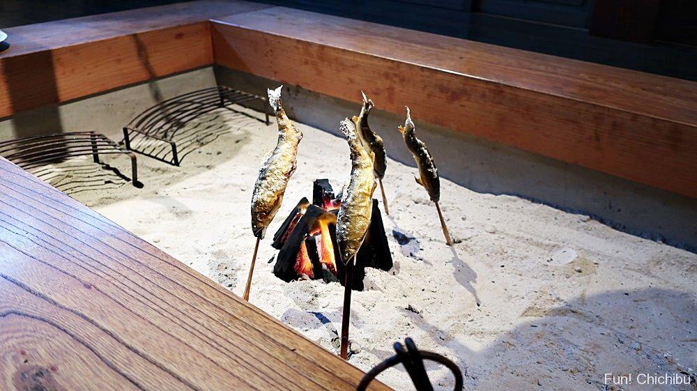 囲炉裏で焼いた鮎の塩焼き