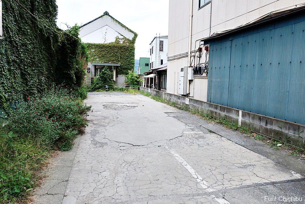 店の前の細い道