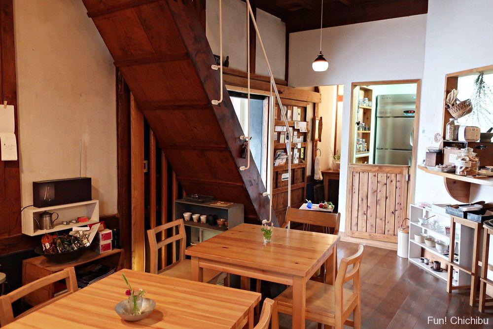 テーブル席と階段