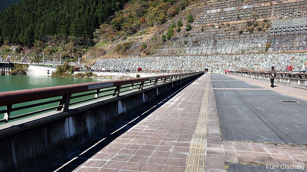 滝沢ダム上の歩道