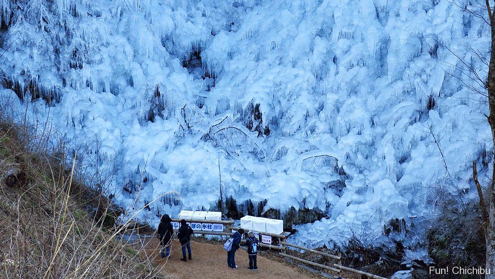 あしがくぼの氷柱 真上から巨大な氷柱を眺める