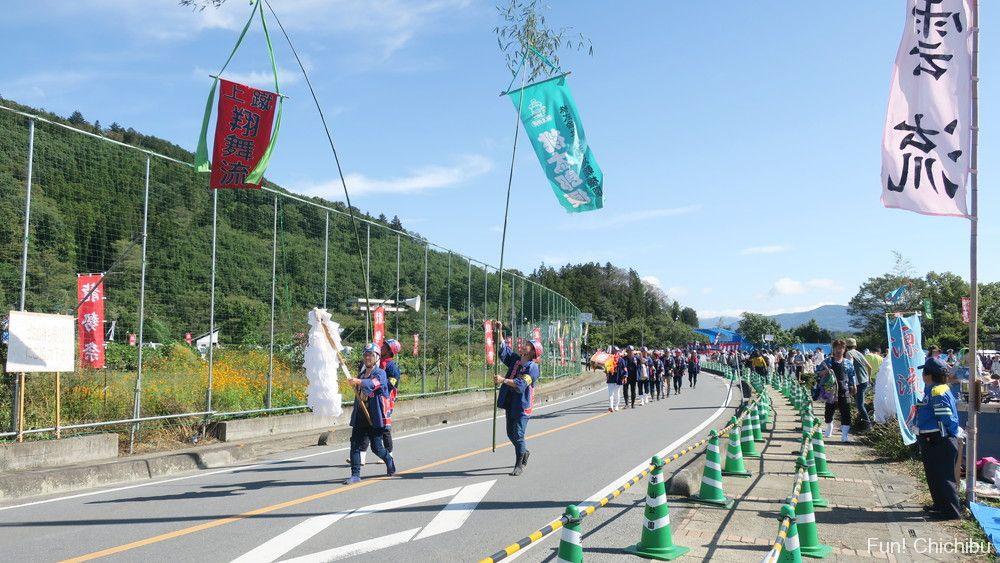 龍勢祭り手作りロケットを打ち上げ台の櫓に運ぶ