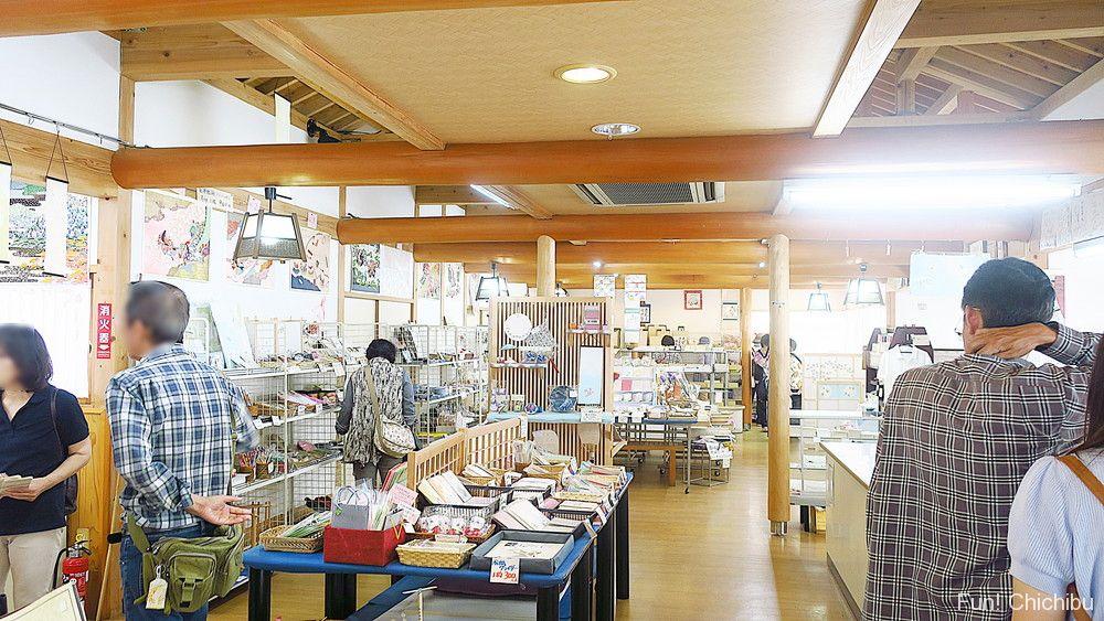 和紙の里ひがしちちぶ 特産品直売所の店内