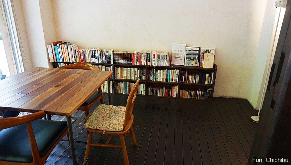 テーブル席と本