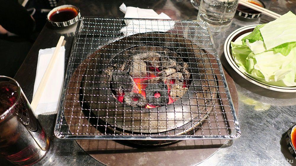 高砂ホルモンのホルモン焼きの炭火と網