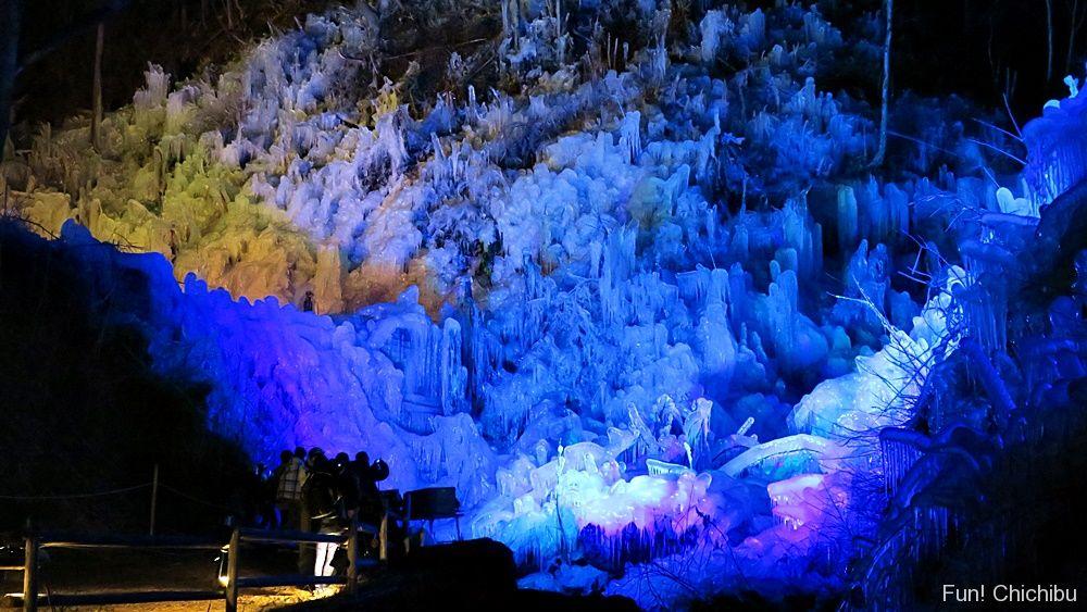 あしがくぼの氷柱のライトアップ