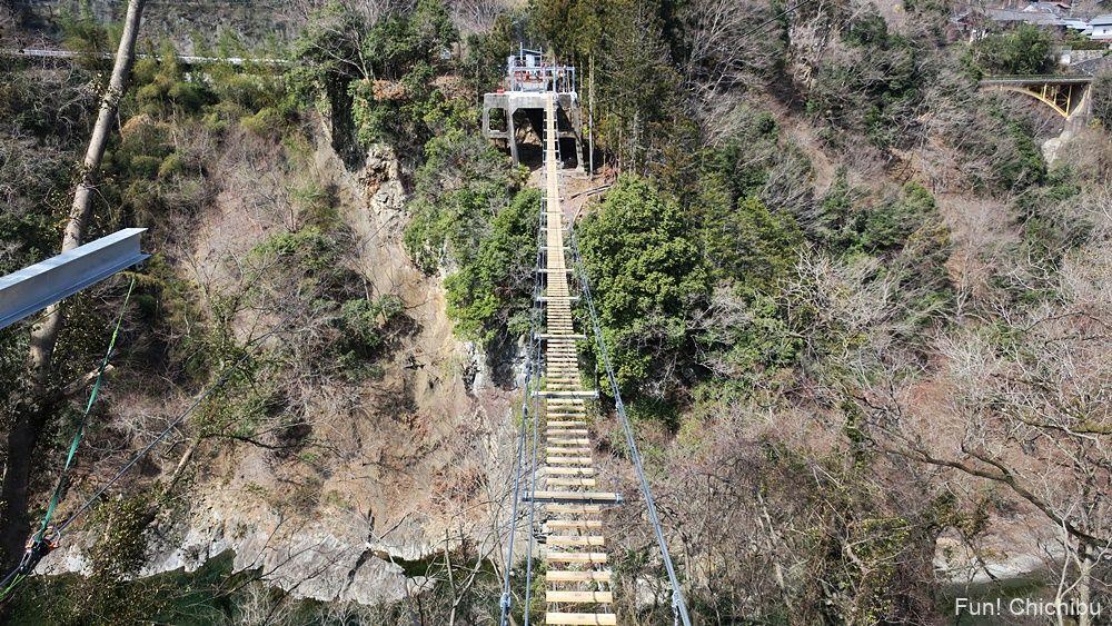 秩父ジオグラビティパークの吊り橋を正面から見た様子