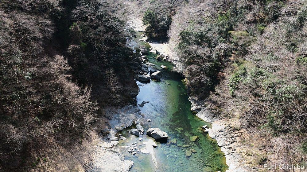 秩父ジオグラビティパークの吊り橋の上から見た荒川渓谷