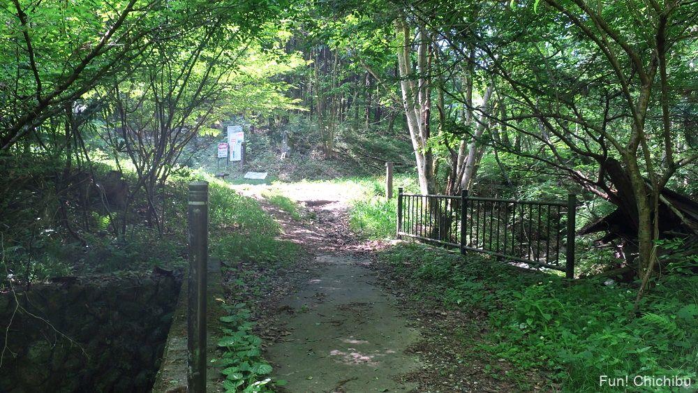 武甲山登山口の碑の手前の橋