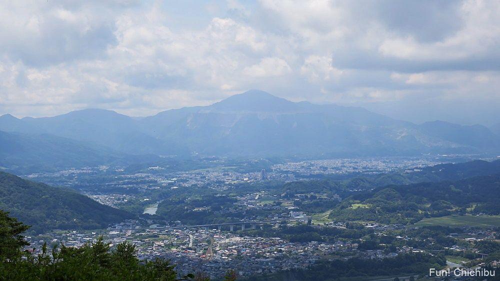 長瀞アルプス宝登山 山頂から眺める武甲山と秩父市内