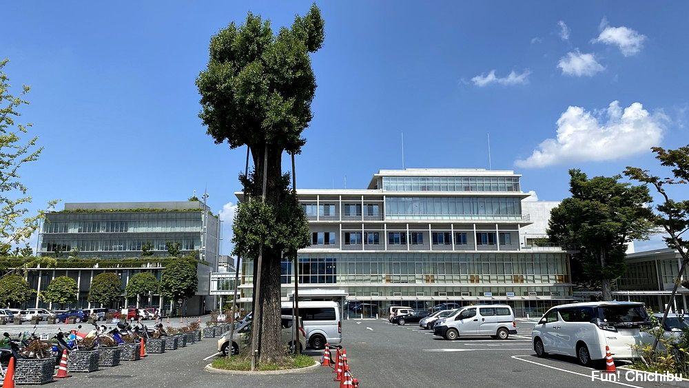 空の青さを知る人よ 聖地 秩父市役所の駐車場