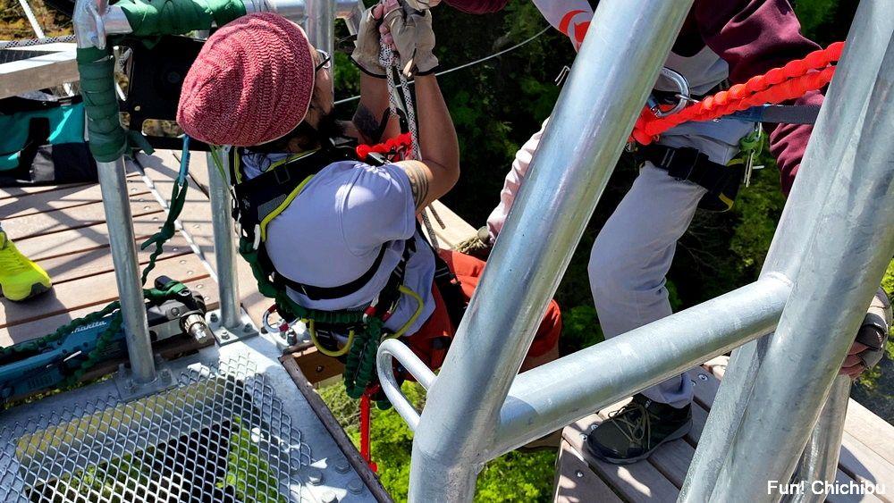 秩父ジオグラビティパーク キャニオンバンジー ロープで巻き上げてくれるので簡単にデッキに戻れる