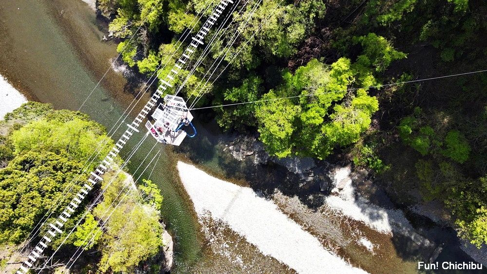 秩父ジオグラビティパーク キャニオンバンジー 日本初ワイヤーに吊るされているプ